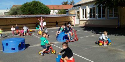 En maternelle, à la récré… Petits et grands jouent ensemble